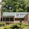 Modern House: Leslie Gooday's Long Wall in Surrey